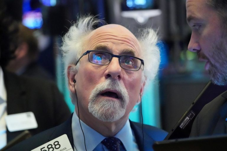 Dow Cae 2.000 Puntos Después del Choque Petrolero