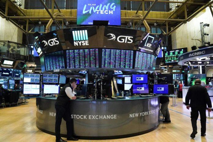 Wall Street Higher On U.S. Growth Optimism; NASDAQ Hits Record