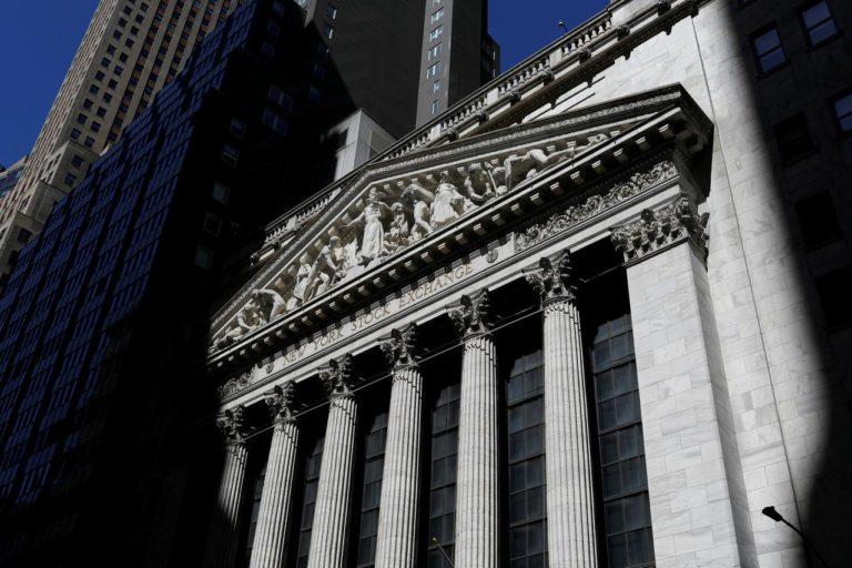Wall Street Resbala a Medida que los Inversores se Preparan para Pocas Ganancias