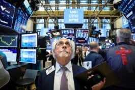 Wall St. Dragged down by Apple; Hopes Of Sharp Rate Cut Fade